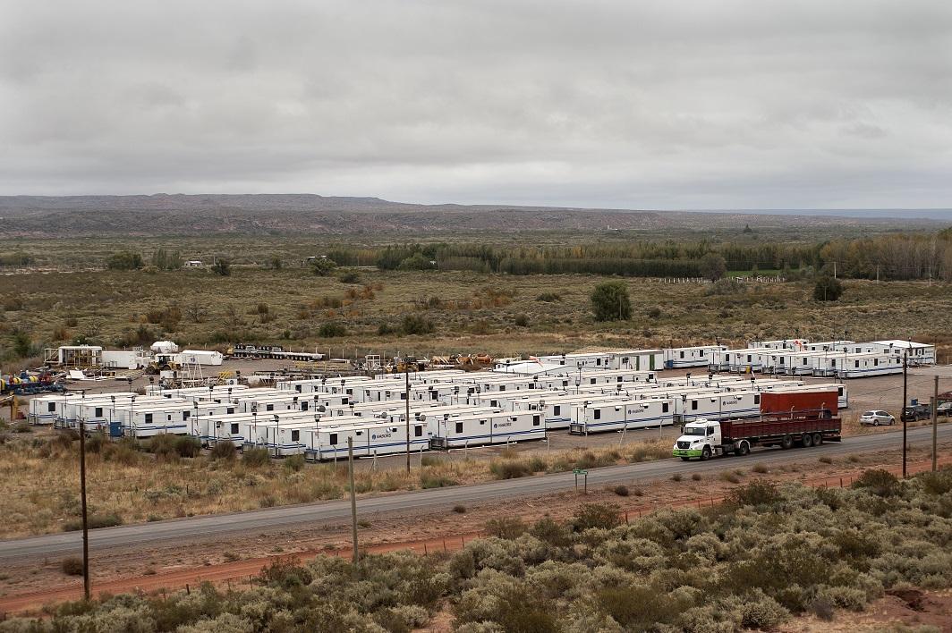 """Faute de logements suffisants a A?elo, les compagnies petrolieres ont monte des campements de """"trailers"""" (conteneurs habitables) avec cable, Internet et gymnase pour loger leurs travailleurs."""