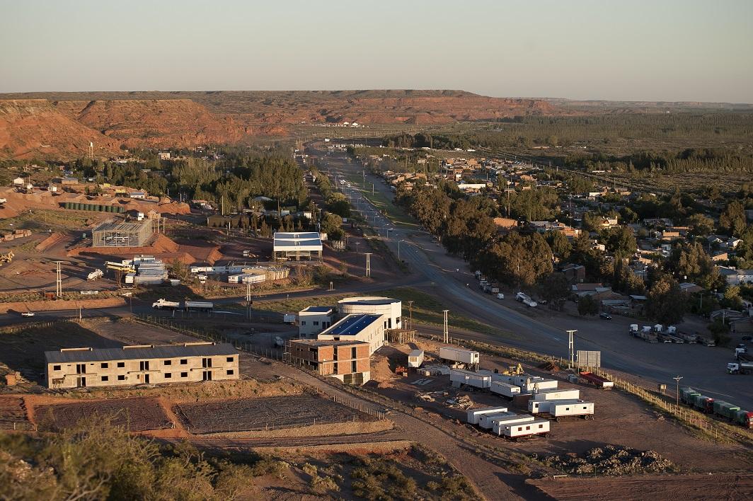 Le village d'A?elo est en constante expansion. Le nombre d'habitants est passe de 2500 en 2012 a 6000 en 2014. L'extraction non conventionnelle fait venir de nombreux travailleurs et investisseurs.