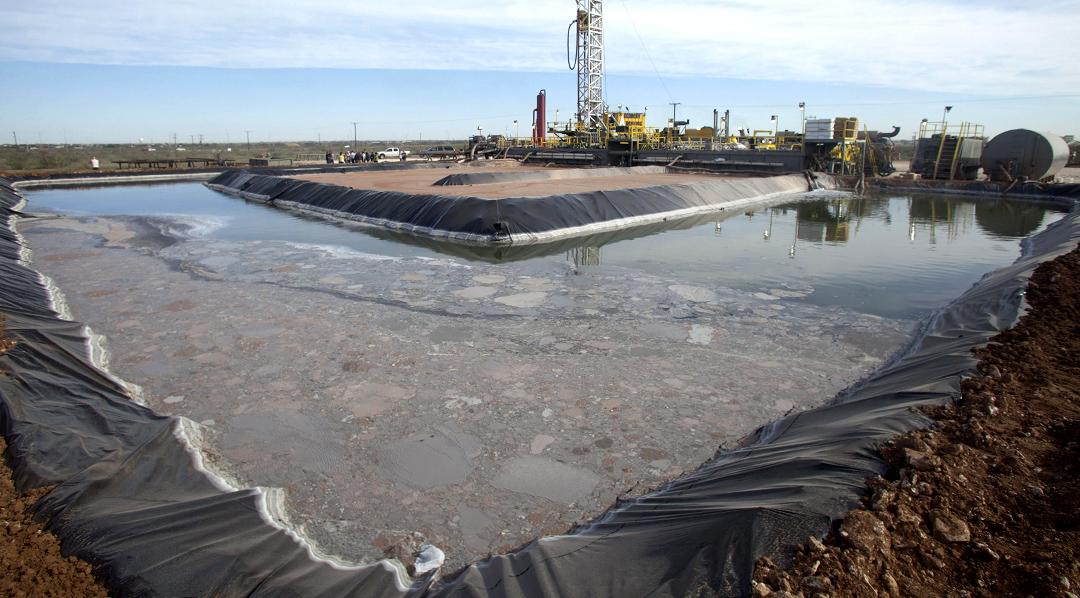 """ACOMPAÑA CRÓNICA:EEUU ELECCIONES CAMBIO CLIMÁTICO MIA30. WASHINGTON DC (EE.UU.), 31/10/2012.- Vista del 18 de octubre de 2012 de actividades de preparación para extraer petróleo mediante la técnica del """"fracking"""" en un pozo de la compañía Windsor Energy, en la localidad de Midland, Texas (EE.UU). Ni la severa sequía, ni el récord de deshielo Ártico ni la consideración por parte del Pentágono como """"un problema de seguridad nacional"""" han logrado que en la campaña se haya mencionado el cambio climático, hecho inédito en las elecciones americanas desde 1988, que los analistas atribuyen a la revolución del gas no convencional. ¿Qué ha pasado entonces para que las elecciones de 2012 entren en la Historia, para furia de muchos científicos, ambientalistas y ciudadanos americanos, como aquellas en las que no se mencionó el cambio climático? Expertos en energía como David Pumphrey, del Centro de Estudios Estratégicos (CSIS en sus siglas en inglés) o William Burns, profesor de la Universidad Johns Hopkins, coinciden en que la respuesta es la revolución que la explotación de gas no convencional por la técnica del """"fracking"""" ha provocado en la economía y en el sistema energético norteamericano. EFE/Caty Arévalo"""